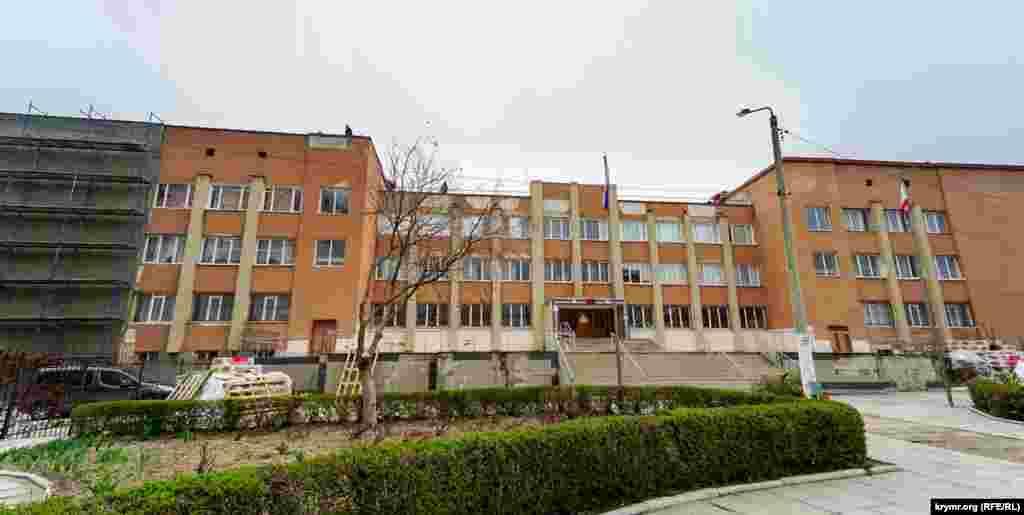 Школьники открытого космического лицея-гимназии №41 в Симферополе с 23 марта отправлены на каникулы. Рабочие, с прошлой осени утепляющие фасад учебного заведения, продолжают работать