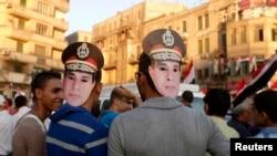Goşun başlygy Abdel-Fattah El-Sisiniň maskasyny geýen protestçiler, Kair, 26-njy iýul, 2013.