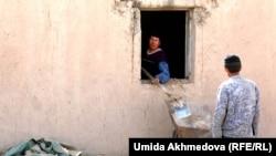 Үй салып жатқан Өзбекстан қазақтары.
