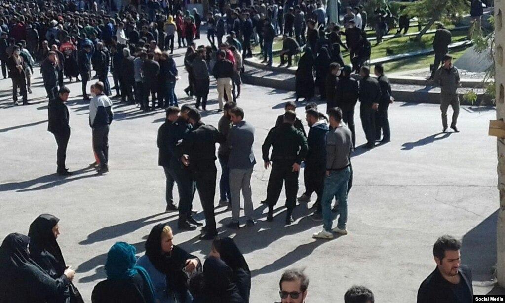 نمایی دیگر از تجمع مردم ایلام در اعتراض به افزایش قیمت بنزین