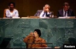 Муаммар Каддафі (в центрі)