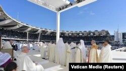 Papa Francis ayin icra edir