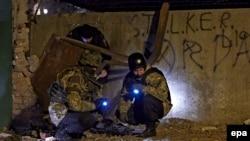 Вибухотехніки працюють на місці вибуху біля військової частини, Харків, 25 листопада 2014 року