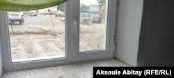 Разбитое окно в доме Батимы Асановой. Село Каскабулак Таласского района Жамбылской области, 12 августа 2020 года.