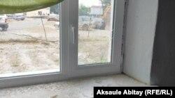 Бәтима Асанованың үйіндегі сынған терезе. Қасқабұлақ ауылы, Талас ауданы, Жамбыл облысы, 12 тамыз 2020 жыл.