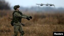 Архива - Руски војник полетува дрон за време на заедничките воени вежби меѓу Србија и Русија во близина на Белград. 07.11.2016