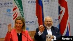 Еуропа Одағының сыртқы саясат жөніндегі комиссары Федерика Могерини (сол жақта) мен Иран сыртқы істер министрі Мохаммад Джавад Зариф. Вена. 14 шілде, 2015 жыл.