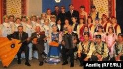"Гөлсем Әмирова (икенче рәттә уртада) ""Сибирячки"" һәм ""Мәхәббәт"" ансамбльләре белән"