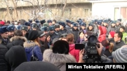 Абактагылардын жакындары дароо түрмөнүн жанына чогулуду. Бишкек, 16-январь.