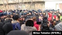Bişkegiň 1-nji derňew izolýatorynyň ýanynda tussaglaryň dogan-garyndaşlary protest aksiýasynda. Bişkek, 16-njy ýanwar, 2012.