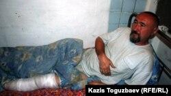 Арон Атабек Шаңырақ оқиғасын кезінде аяғынан жарақат алған. Алматы, 13 мамыр 2006 жыл.