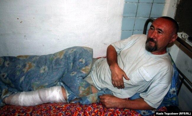 Поэт и диссидент Арон Атабек после ранения в ногу при акции протеста против сноса домов жителей поселка Бакай близ Алматы. Алматы, 13 мая 2006 года