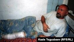 Ақын әрі диссидент Арон Атабек Алматы маңындағы Бақай ауылы тұрғындарының үйін бұзуға қарсы наразылық шарасында аяғынан жарақат алғаннан кейін, түрмеде жатыр. Алматы, 13 мамыр 2006 жыл.