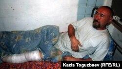 Поэт и диссидент Арон Атабек после ранения в ногу при акции протеста против сноса домов жителей поселка Бакай близ Алматы. Алматы, 13 мая 2006 года.