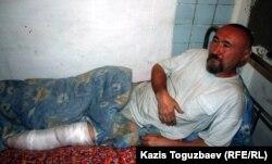 Шаңырақ оқиғасын кезінде аяғынан жарақат алған Арон Атабек. Алматы, 13 мамыр 2006 жыл.