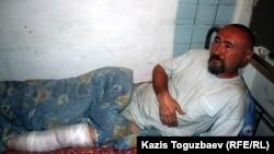 Поэт и диссидент Арон Атабек после ранения в ногу во время акции протеста против сноса домов жителей поселка Бакай близ Алматы. Алматы, 13 мая 2006 года.