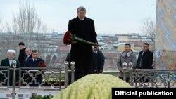 Атамбаев Ислам Каримовдун бейитине гүл койду