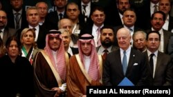 Saudi Foreign Minister Adel al-Jubeir (C) poses for a group photo during a Syrian opposition meeting in Riyadh, November 22, 2017