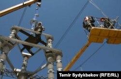 Кыргызстандагы электр тармагынын жумушчулары иш маалында.