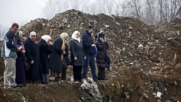 Žene iz Srebrenice pored masovne grobnice u selu Kozluk kod Zvornika