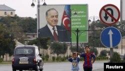 Рекламный щит на одной из улиц Баку с портретом экс-президента Азербайджана Гейдара Алиева. 8 сентября 2012 года.