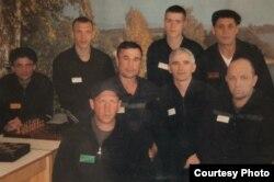 Валентин Данилов (второй справа во втором ряду) в колонии строгого режима в Сибири