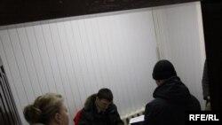 Сьвятлана Калінкіна назірае за ператрусам у сваёй рэдакцыі. <a href=http://www.svaboda.org/content/article/1985387.html target=_blank>ФОТАРЭПАРТАЖ</a>
