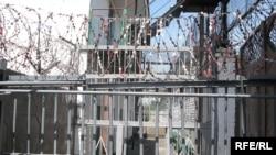 За счет СИЗО часть наказания заключенный часто отбывает в более тяжких условиях, чем ему назначает суд