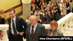 Дмитрий Медведев, ректор МГУ Виктор Садовничий и декан факультета журналистики МГУ Елена Вартанова