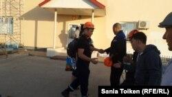 Techno Trading LTD ЖШС жұмысшылары компания кеңсесі алдында келесі ауысымға дайындалып жатыр. Маңғыстау облысы Жетібай кенті, 13 тамыз 2015 жыл.