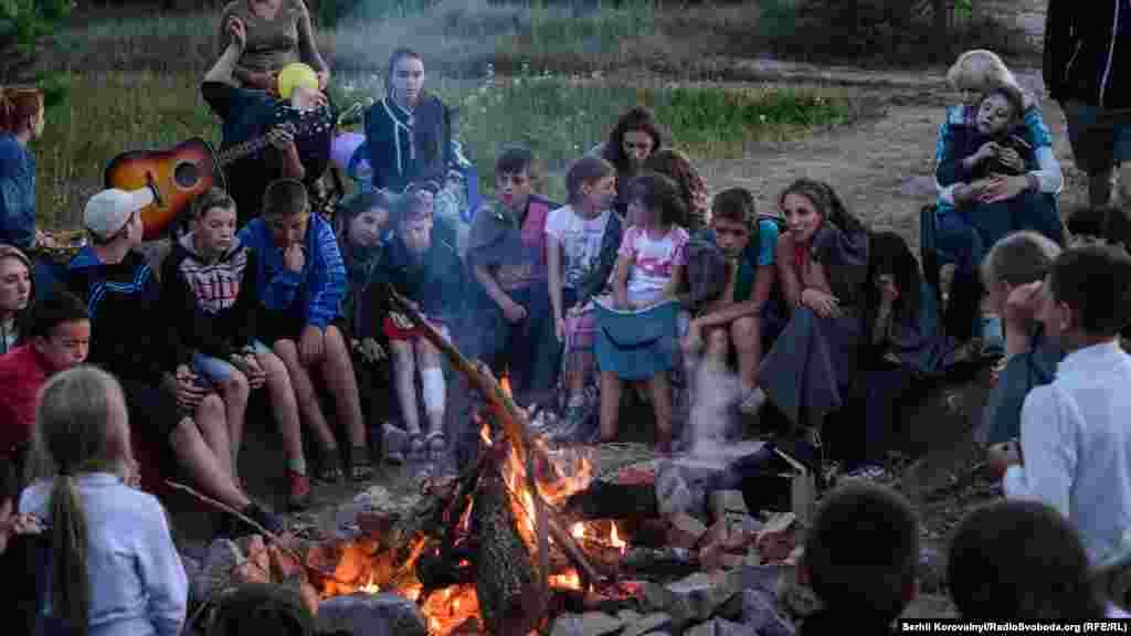 Щоб допомогти дітям-переселенцям із сходу України подолати психологічні наслідки війни, у 2015 році активісти і волонтери створили наметове містечко «Лісова застава» на Київщині, яке потім перетворилося на повноцінний дитячий табір. Більшість дітей у той час приїжджали позмінно, на 21 день, раніше деякі проживали у «Лісовій заставі» постійно. З дітьми працюють психологи, більшість із яких також є переселенцями з Донецької та Луганської областей. Вони розробили програму, спрямовану на реабілітацію та базову психологічну допомогу. За допомогою спеціалістів вони навчаються домовлятись, довіряти, дружити й залишають «Лісову заставу» більш розвинутими і комунікабельними.