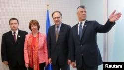 Під час чергового раунду переговорів у Брюсселі: прем'єр-міністр Сербії Івіца Дачич, верховний представник ЄС із закордонних справ Катрін Аштон, заступник генерального секретаря НАТО Александр Вершбоу і прем'єр-міністр Косова Хашим Тачі, 19 квітня 2013 року