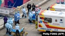Одного з пасажирів круїзного лайнера World Dream перевозять до лікарні у Гонконзі, 5 лютого 2020 року