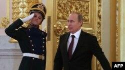 Владимир Путин влегува во Кремљ.