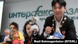 Певец и продюсер Кыдырали Боманов на презентации игрушек для детей. Алматы, декабрь 2010 года.