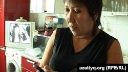 Ақтөбе қаласының тұрғыны Гүлнәр телефонына 112 нөмірінен келген SMS-ті оқып тұр. Ақтөбе, 24 қыркүйек 2013 жыл.