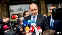 Румен Радев выступает перед журналистами после первого тура выборов