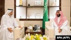 Сауд Арабиянын мураскер ханзаадасы Мохаммед бин Салман (оңдо) Катардын чабарманы Абдуллах бин Али бин Яссим ал-Тани менен 17-августта Жидда шаарында жолуккан.
