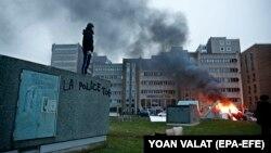 """Надпись на стене: """"Полиция убивает""""."""