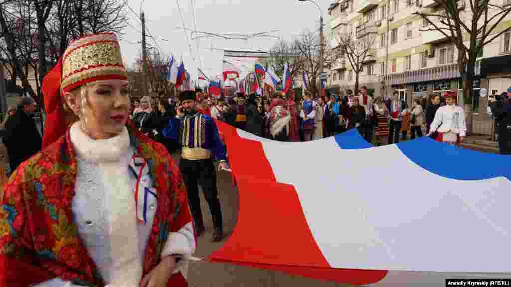 Перед началом шествия по проспекту Кирова