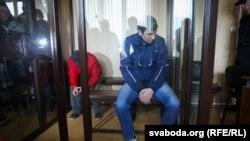 Віктор Скрундик (у синьому одязі) в залі суду