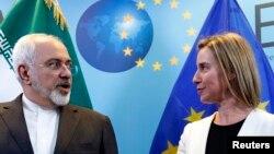 فدریکا موگرینی، مسئول سیاست خارجی اتحادیه اروپا، (راست). محمدجواد ظریف، وزیر خارجه ایران