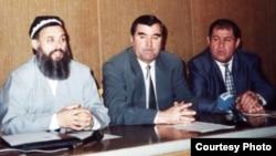 President Emomali Rahmon (center) participates in Tajik peace talks.