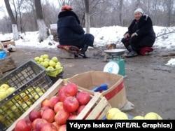 Женщины продают яблоки у дороги. Ош, 9 декабря 2014 года.