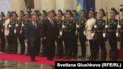 Президент Казахстана Нурсултан Назарбаев и президент Украины Петр Порошенко. Астана, 9 октября 2015 года.