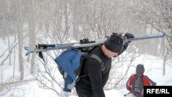 Плато Кок-Жайляу популярно в кругах лыжников и без курорта. Этот мужчина с лыжами поднимается туда пешком от поселка Просвещенец. 4 февраля 2018 года.