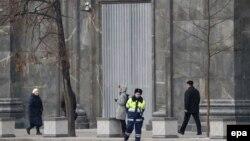 Полицейский и прохожие у здания ФСБ в Москве.