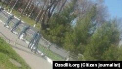 Узбекские милиционеры охраняют территорию вокруг стадиона, где намечено проведение футбольного матча.