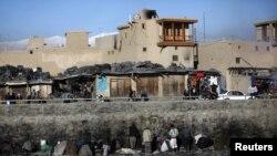Өзен бойында есірткі шегіп отырған адамдар. Кабул. Көрнекі сурет.