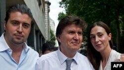 Ejup Ganić sa sinom Emirom i kćerkom Eminom nakon izlaska iz sudnice u Londonu 27. jula 2010. godine